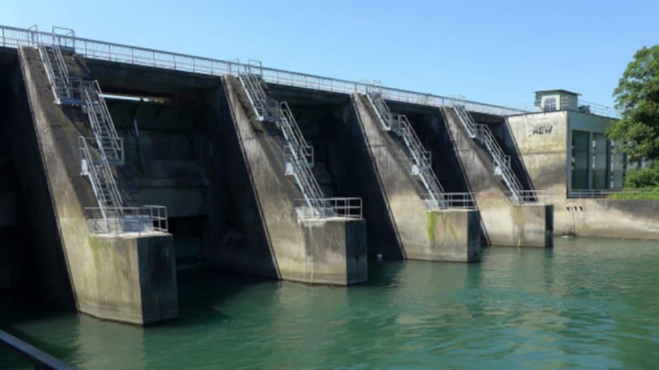 Kies verlagern, das muss die Stromversorgerin per Bagger tun, weil das Kraftwerk das Kies blockiert.