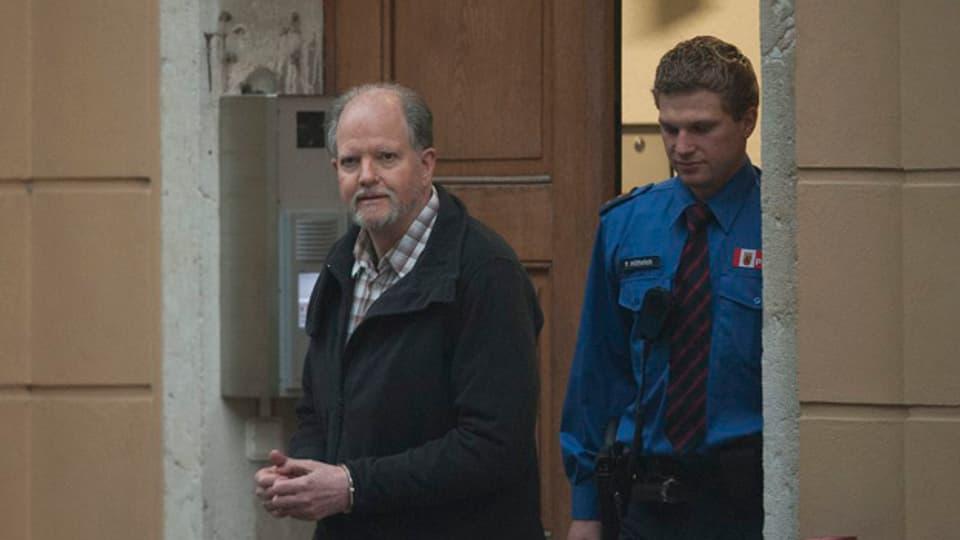 Peter Hans Kneubühl verlässt in Begleitung von Polizisten den Gerichtssaal.