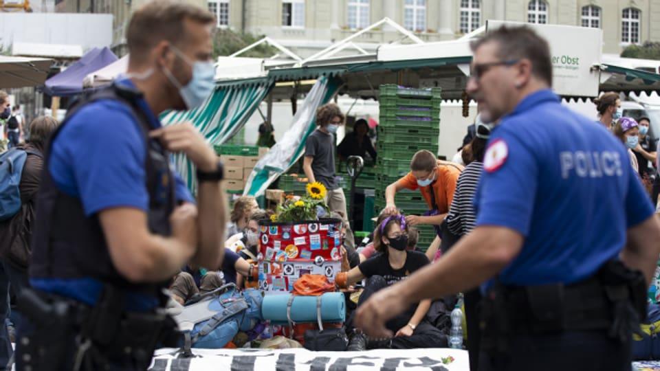 Klimaaktivistinnen und -aktivisten sind auch am Dienstag auf dem Bundesplatz geblieben