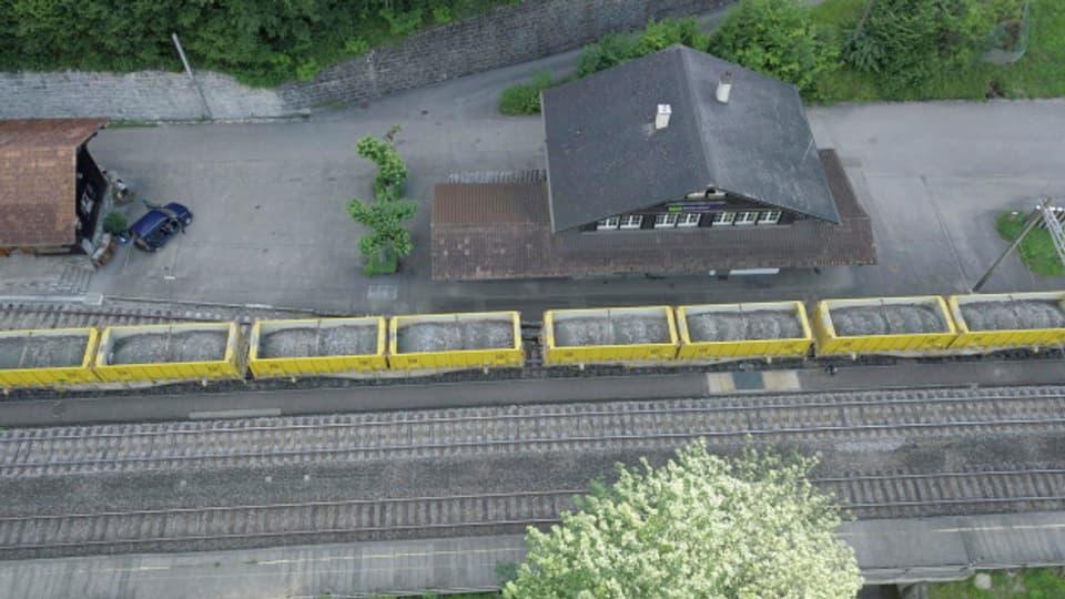 Bereits seit acht Jahren liefert die BLS Altschotter in den Steinbruch in Mitholz.