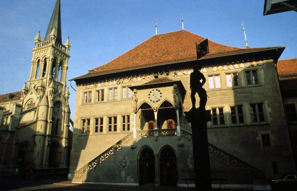 """Hier im Berner Rathaus würden künftig die Sitzungen stattfinden: Die Partei """"Die Mitte"""" präsentiert drei mögliche Kandidierende für den Regierungsrat"""