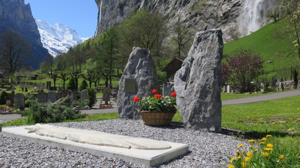 Die Gedenkstätte befindet sich auf dem Friedhof von Lauterbrunnen.