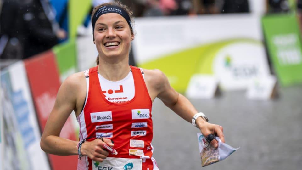 Die 23-jährige Seeländerin Simona Aebersold holte an der OL-Sprint-EM gleich drei Medaillen.