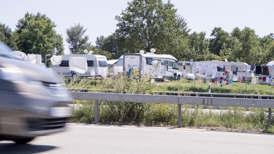 In der Schweiz gibt es nach wie vor viel zu wenig Halteplätze für Fahrende aus dem In- und Ausland.