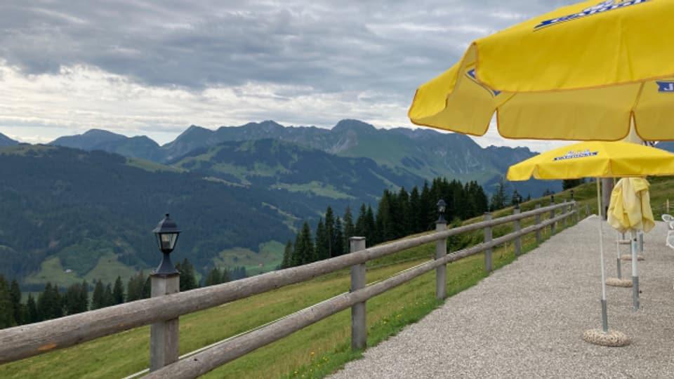 Die Aussicht lockt auf die Terrasse des Berghaus Gurli im Sensler Oberland
