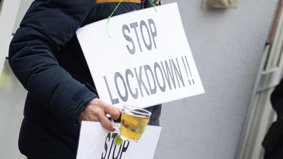 Die Corona-Skeptiker fordern die Gerichte.