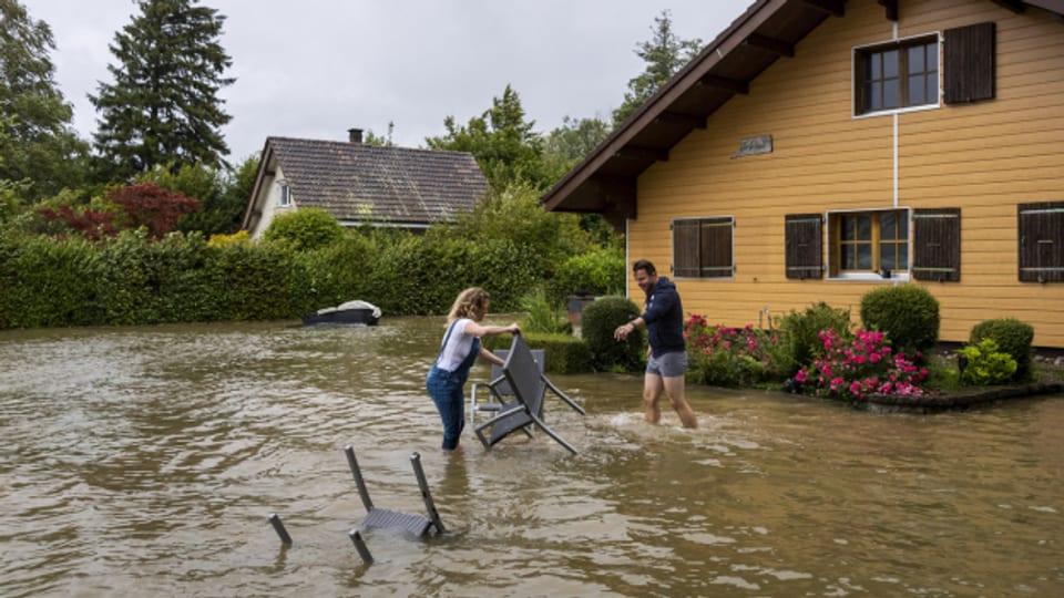 Der anhaltende Regen sorgte für Überschwemmungen in der ganzen Schweiz, auch hier in Ipsach am Bielersee.