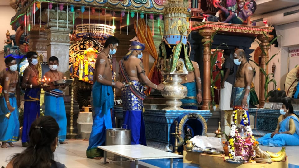 Nach dem Gebet im Hindu-Tempel suchen manche Gläubige das Gespräch mit einem Seelsorger.