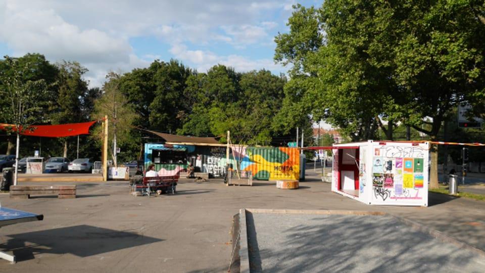 Im weissen Container (rechts) konnte die Bevölkerung in den letzten Wochen ihre Wünsche zur Zukunft der Schützenmatte abgeben.