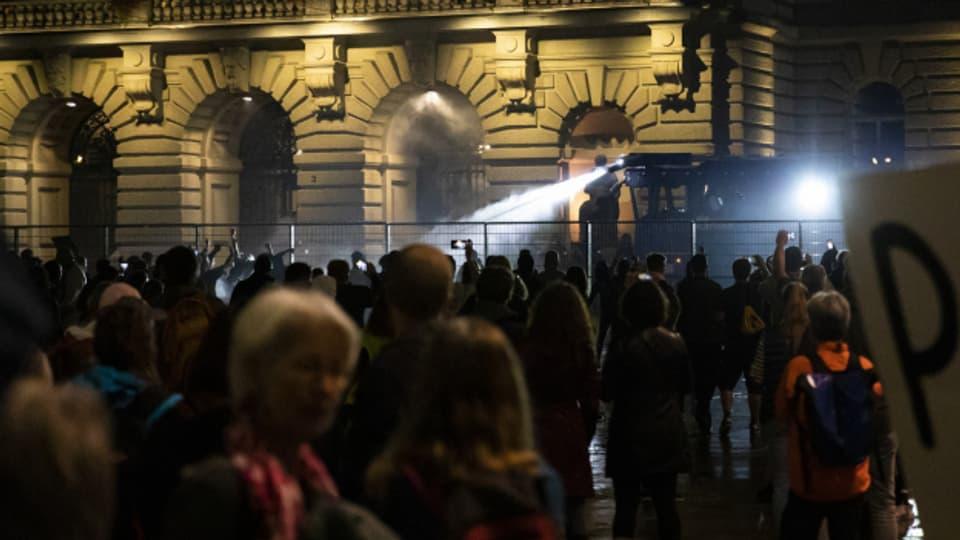 Schauplatz Bundeshaus: Wasserwerfer gegen Demonstrantinnen und Demonstranten