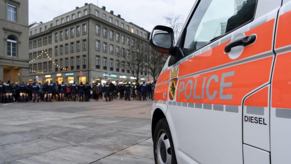 Demonstrationen gegen die Corona-Schutzmassnahmen fordern die Polizei - hier am 19.12.2020.
