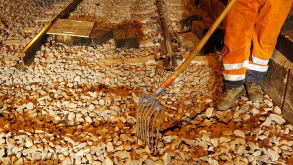 Schotter aus dem Fels landet häufig zwischen Bahngeleisen.