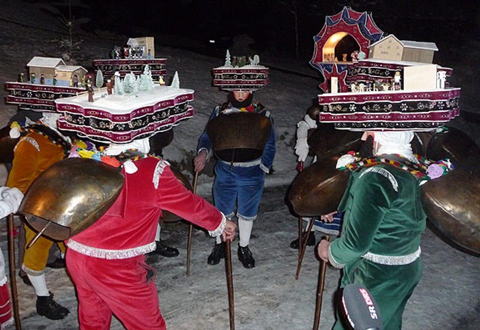 Silvesterchläuse in Urnäsch trage reich geschmückte Hüte.