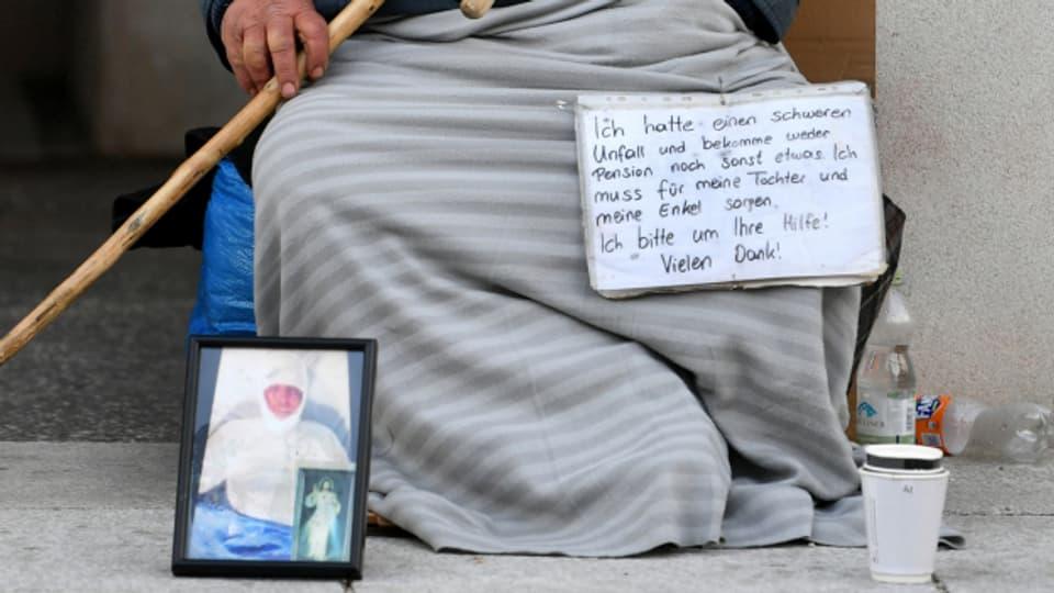 Betteln ist in Basel bald schon wieder vielerorts verboten.