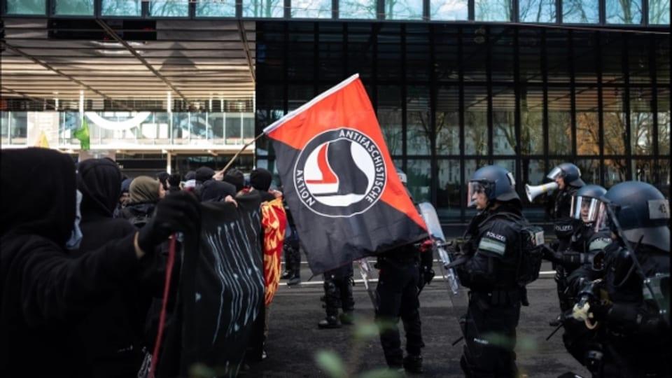 Eine Demonstration der PNOS und eine Gegendemo von Linken führte 2018 zu Ausschreitungen auf dem Messeplatz.