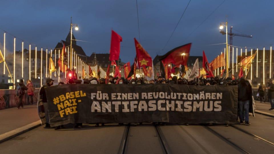 Viele DemonstrantInnen kamen vor Gericht, der Basler Pnos-Chef hingegen sei strafrechtlich zu langsam verfolgt worden.