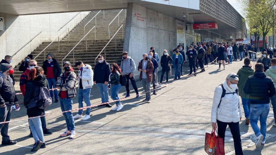 FCB-Fans stehen an, um ihre Saisonkarte zurückzugeben.