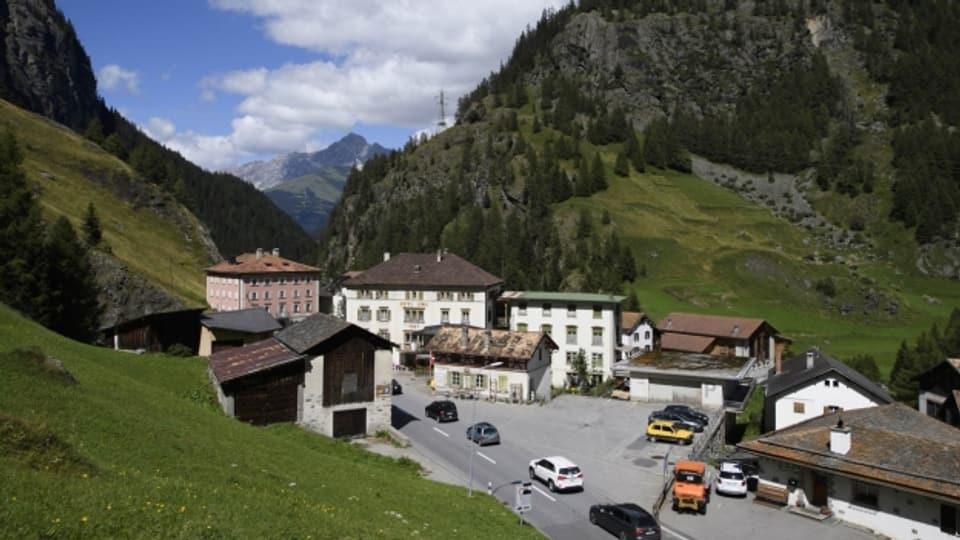 Um in Mulegns ein Haus zu verschieben, stellt die Bündner Regierung zwei Millionen Franken bereit.