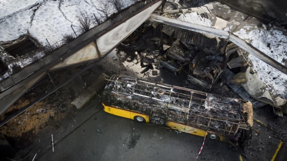 17 Post-Busse wurden zerstört und das Gebäude stark beschädigt.