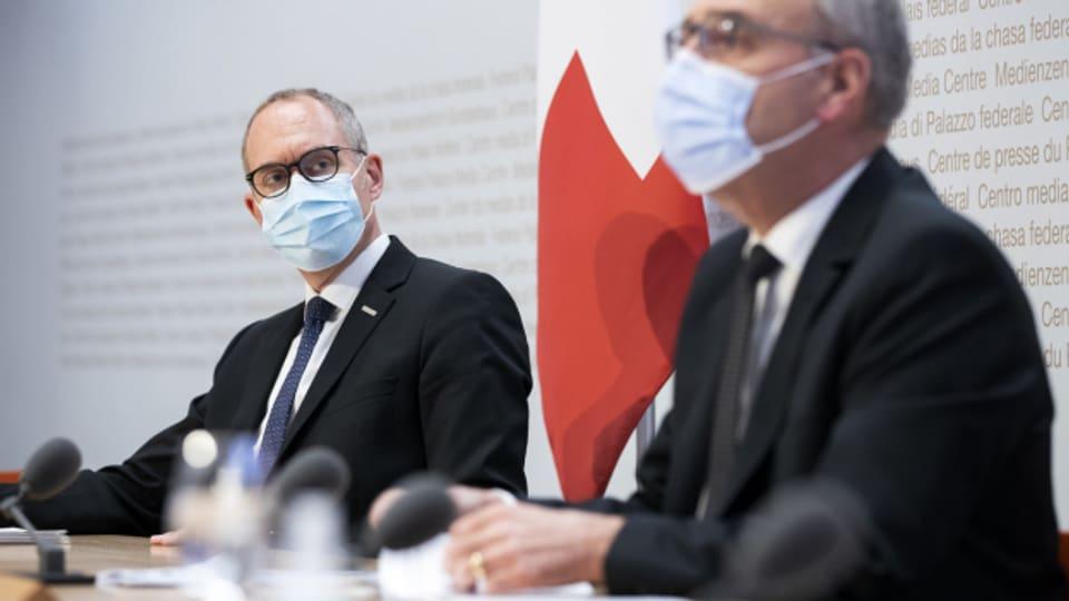 Regierungsrat und Präsident der Konferenz der Kantonsregierungen Christian Rathgeb neben Bundesrat Guy Parmelin an einer Medienkonferenz im April.