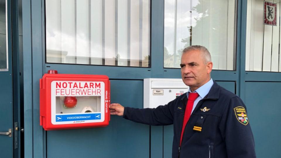 Der Ausserrhoder Feuerwehrinspektor Walter Hasenfratz erklärt wie der «Notfall-Buzzer» funktioniert.