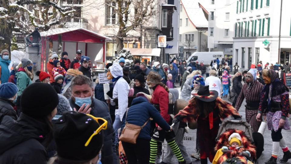 Trotz Corona: Über 1000 Menschen feiern in Einsiedeln Fasnacht.