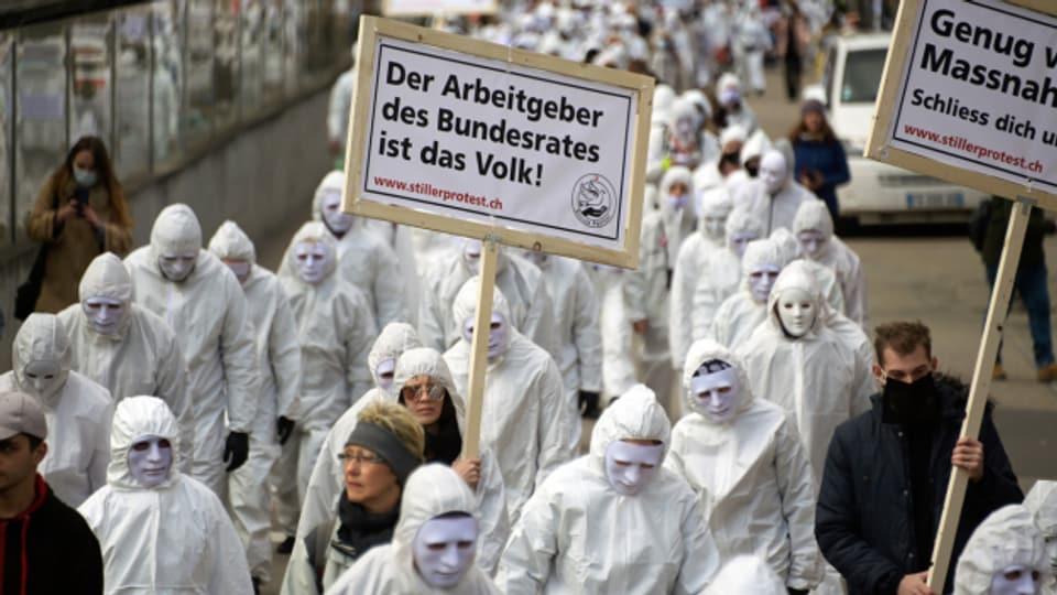 An einer Demonstration in Liestal hielten sich die Teilnehmenden nicht an die Schutz-Massnahmen.