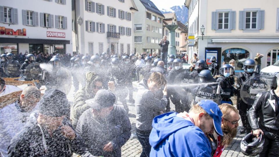 Keine Masken, keine Abstände: Die Polizei geht mit Pfefferspray gegen die illegale Kundgebung in Altdorf vor.