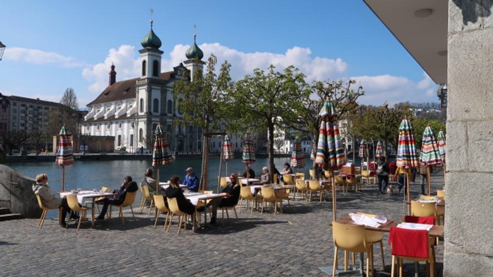 Nach vielen Wochen wieder möglich: Die ersten Gäste geniessen die offene Restaurant-Terrasse