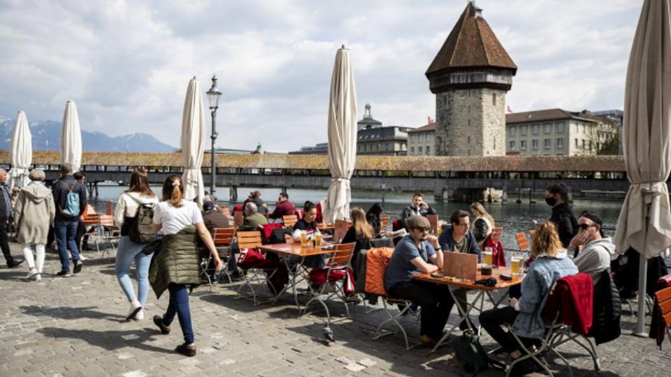 An der Reuss in der Stadt Luzern treffen sich wieder viele Leute.