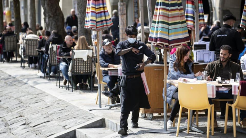 Restaurant-Mitarbeiter in Luzern bedient Gäste.