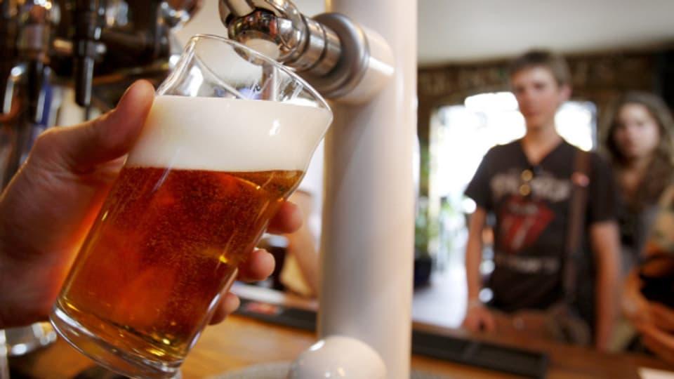 Schätzungsweise 250'000 Menschen in der Schweiz sind alkoholabhängig.