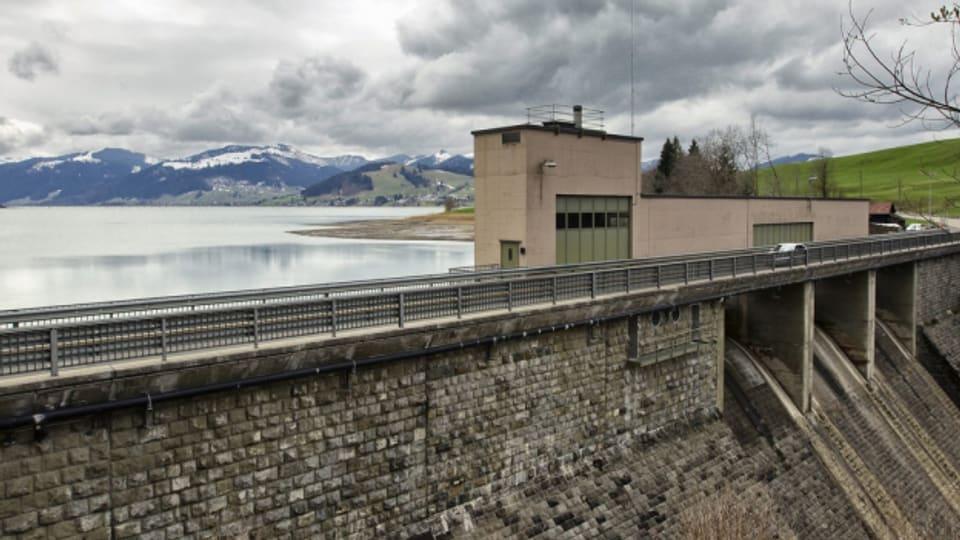 Die Staumauer am Sihlsee, aufgenommen bei Einsiedeln.