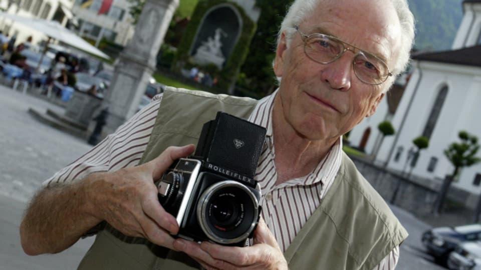Arnold Odermatt posiert mit seiner Kamera im Jahr 2005 in Stans