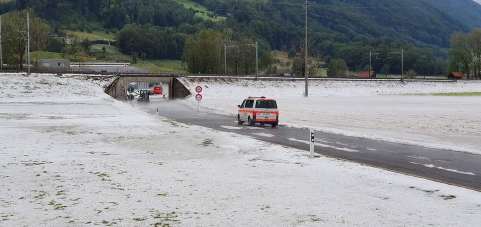 Wegen Hagel sieht es bei Reichenburg im Kanton Schwyz aus wie im tiefsten Winter.