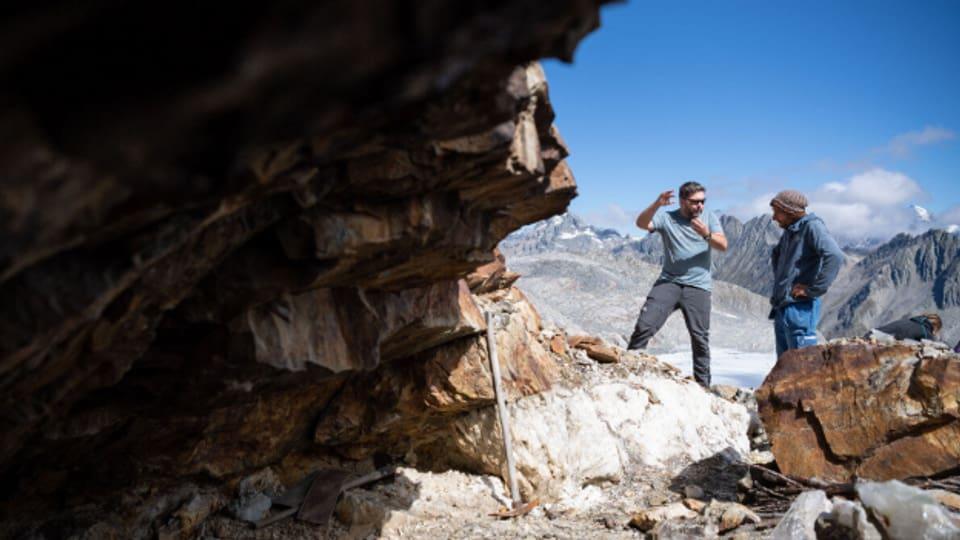 Archäologen begutachten eine Fundstelle im Gebirge.