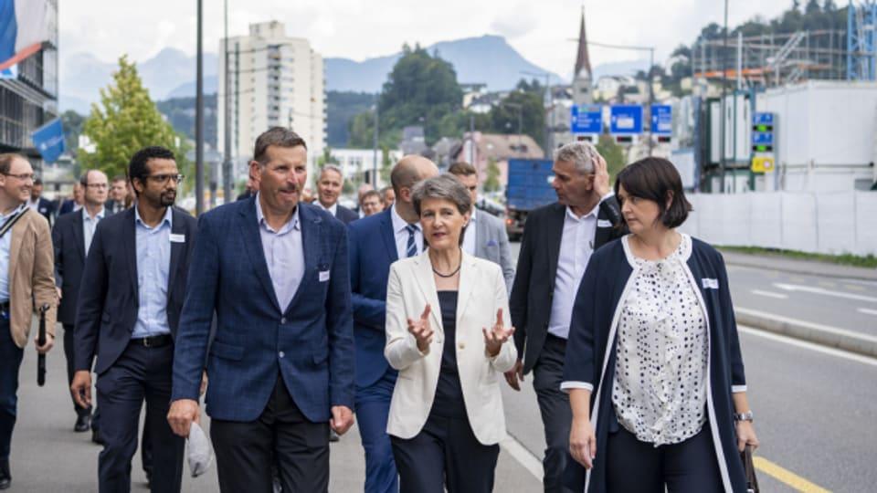 Bundesrätin Simonetta Sommaruga beim Besuch in Emmenbrücke.