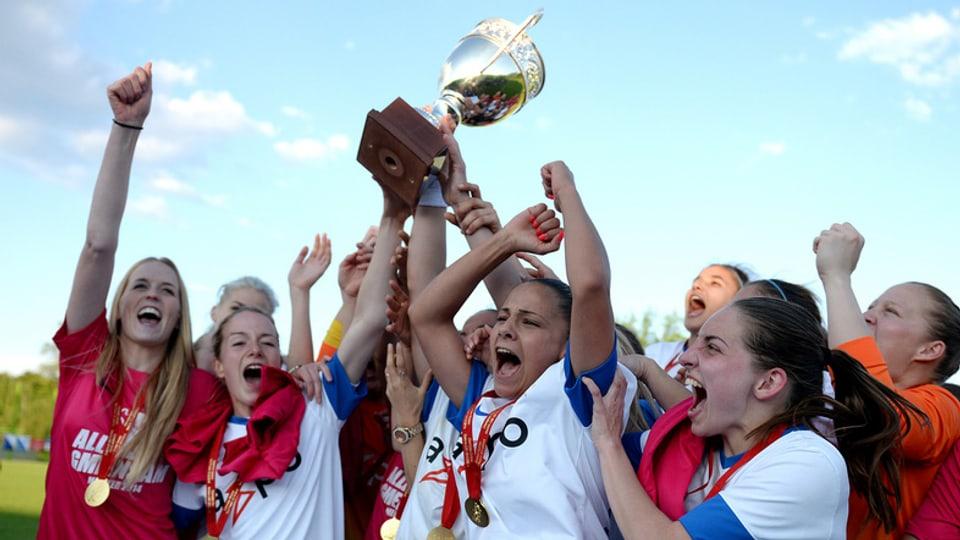 Die Fussballerinnen des FC Zürich beim Gewinn der letzjährigen Meisterschaft.