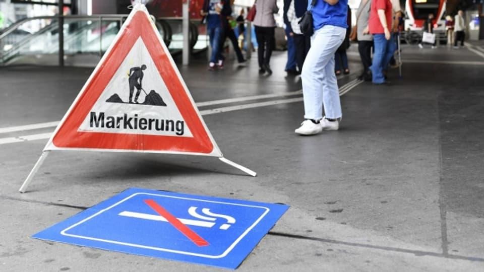 Die Markierungen sind noch frisch: Ab Dienstag ist der Zürcher Hauptbahnhof rauchfrei.
