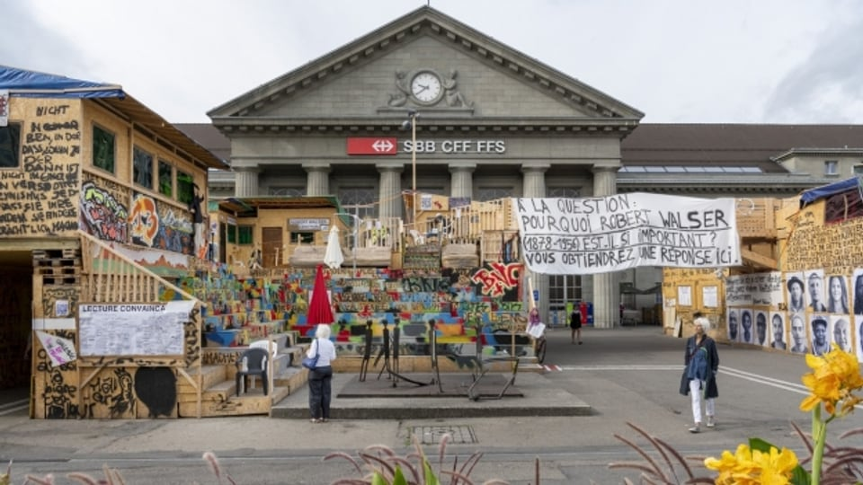 Hirschhorns Plattform bestand aus Hunderten von miteinander verflochtenen Holzpaletten.