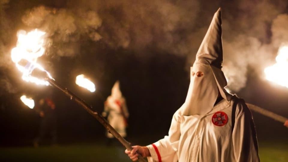 Mitglieder des Ku-Klux-Klans in ihren traditionellen Gewändern.