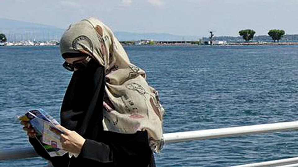 Umstritten: Sollen Kopftücher und Burkas verboten werden? Die Regierung muss Stellung beziehen.