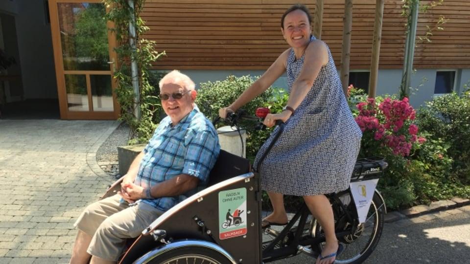 Beatrice Sollberger Bischof, Leiterin des Alters-und Pflegeheims Bodana, fährt mit Bewohner Max Portmann Rikscha.