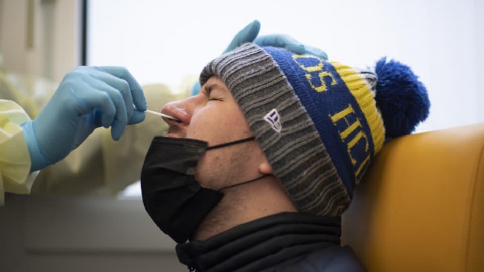 Wie dieser Mann hier in Davos folgten tausende andere dem Testaufruf des Kantons.