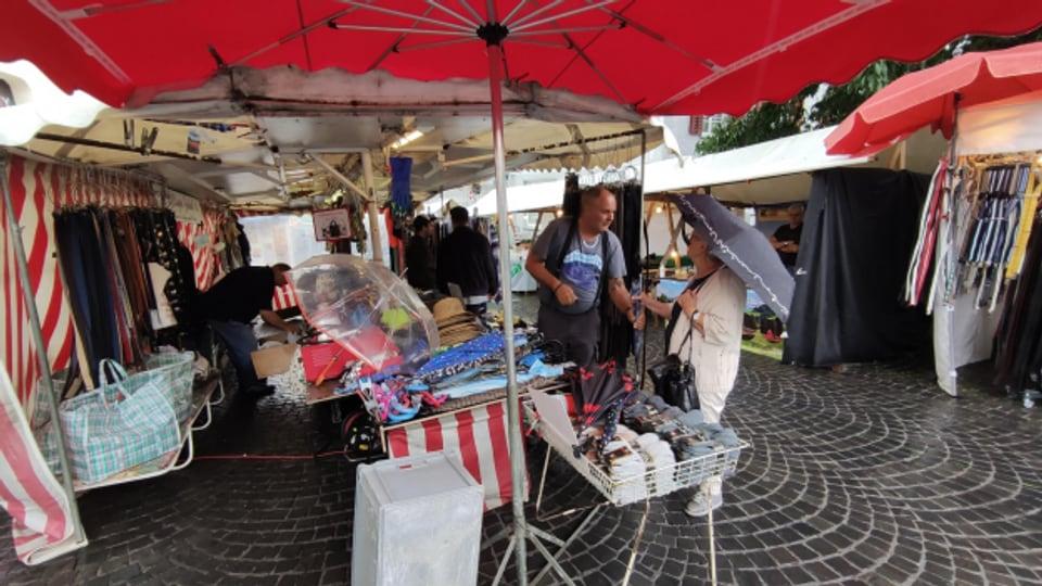 Der «billige Jakob» am Jahrmakrt in Altstätten: Regenschirme sind hoch im «Hudel»-Wetter hoch im Kurs