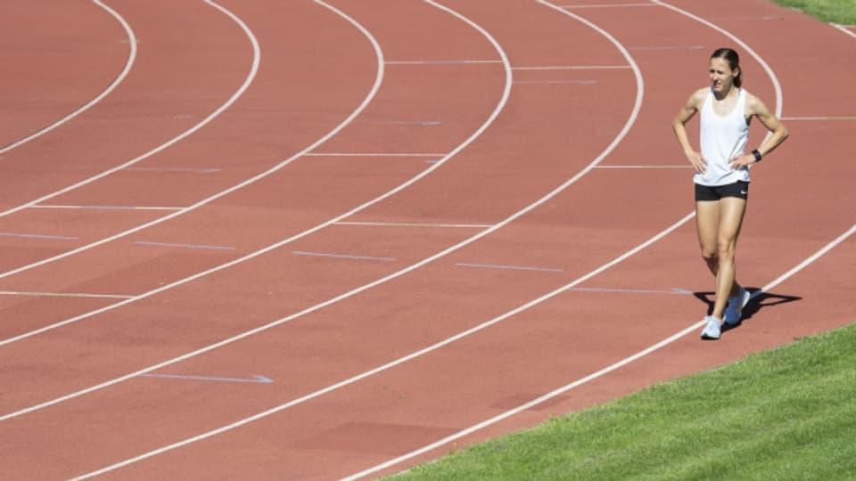 Leichtathletin Selina Rutz-Buechel trainiert im Mai 2020 auf der Laufbahn im Stadion Lindenhof in Wil.
