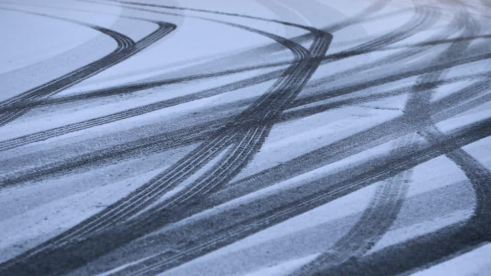 Der viele Schnee im Flachland hat zu Unfällen im Strassenverkehr geführt.