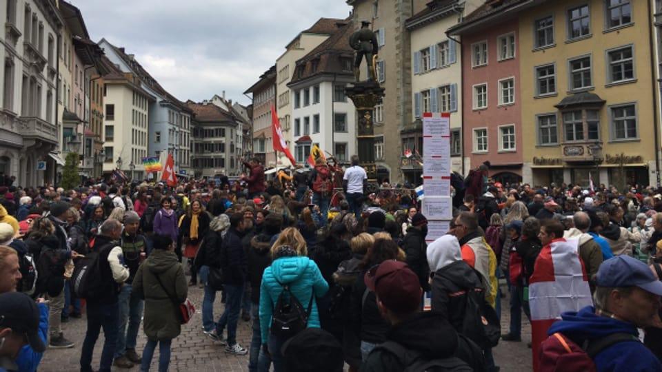 Mit Kuhglocken und Trillerpfeifen beschallten die Demonstranten die Innenstadt, Treichler zogen durch die Gassen. Eine Maske trug aus Prinzip niemand.