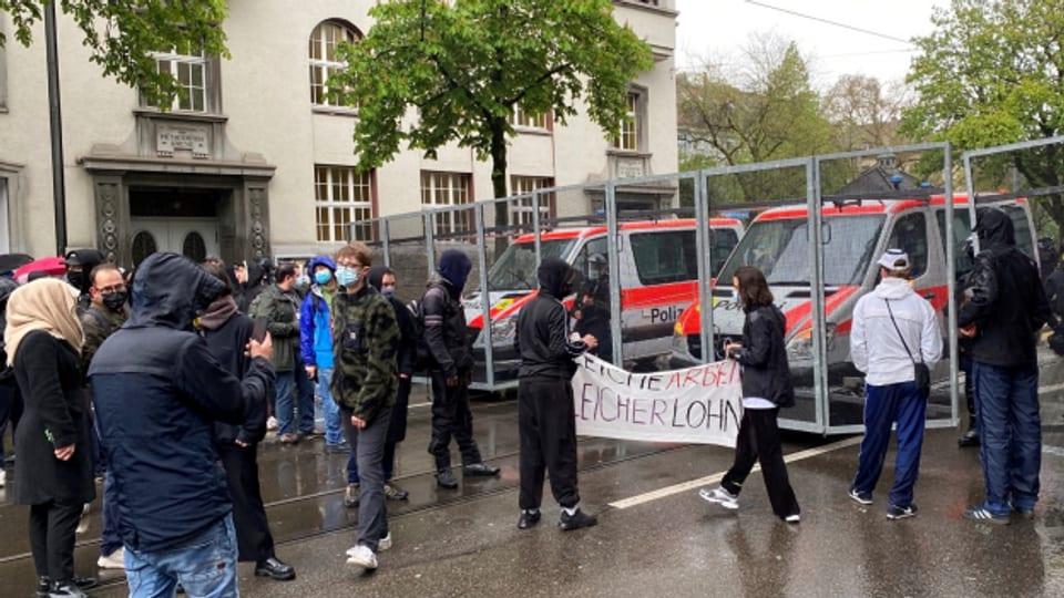 Die Stadtpolizei Zürich hat den Helvetiaplatz abgeriegelt.