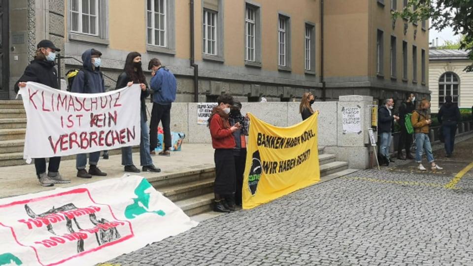 Die Unterstützerinnen und Unterstützer demonstrierten lautstark.